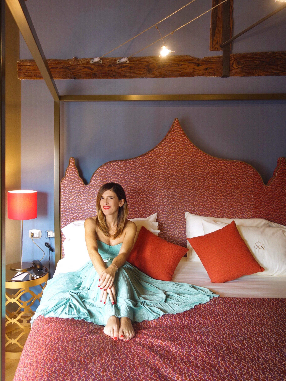 Donna letto a baldacchino hotel Venezia